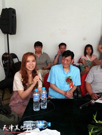 �|源、闪铭父女工笔画作品展5月24日在天津文联美术馆举行,图为�|源、闪铭父女工笔画作品研讨会。1