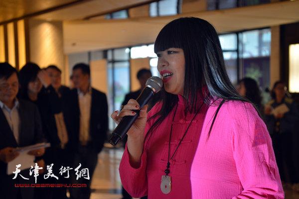 ART TOMSON当代抽象艺术展汤臣津湾一品盛大开幕,图为梅江国际艺术馆馆长肖冰主持开幕酒会。