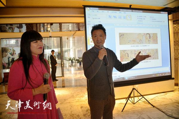 图为肖冰向大家介绍艺术家李旺。