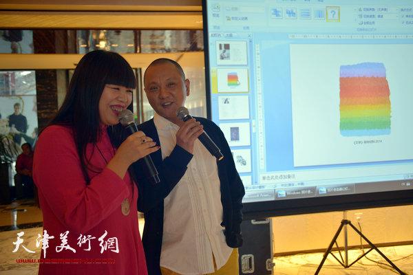 图为肖冰向大家介绍艺术家潘微。