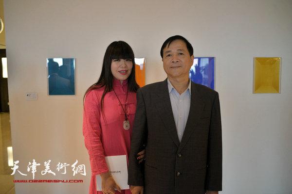图为梅江国际艺术馆馆长肖冰与天津津湾房产建设有限公司常务副总经理陈威利先生在现场。