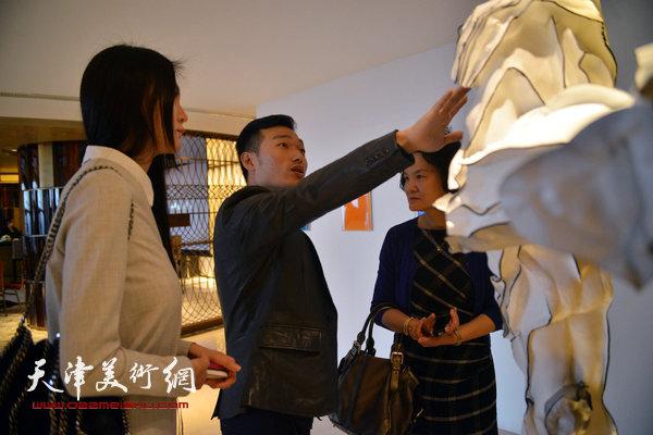 图为王立伟在现场向来宾介绍作品《或说无我或说空》。