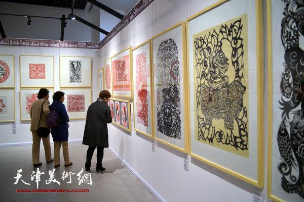 """2014""""西岸""""剪纸艺术展现场。"""