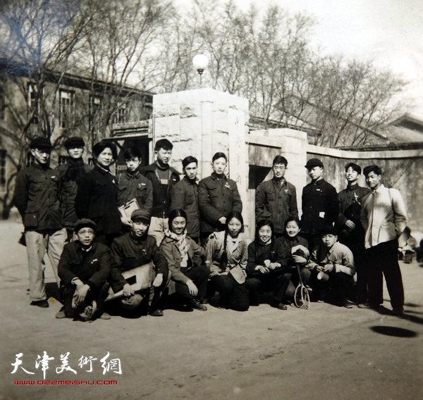 邓家驹(前排左二)上世纪50年代在中央美院