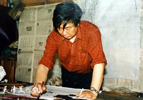 邓家驹上世纪80年代在作画
