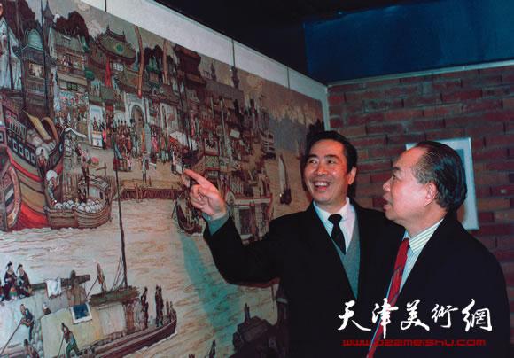 邓家驹向来宾讲解漕运图