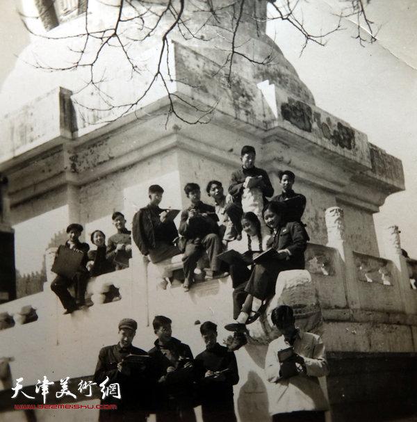 邓家驹(前排左一)上世纪50年代在北京写生