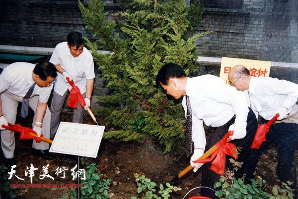 邓家驹(左二)上世纪80年代在日本种植中日友好纪念树