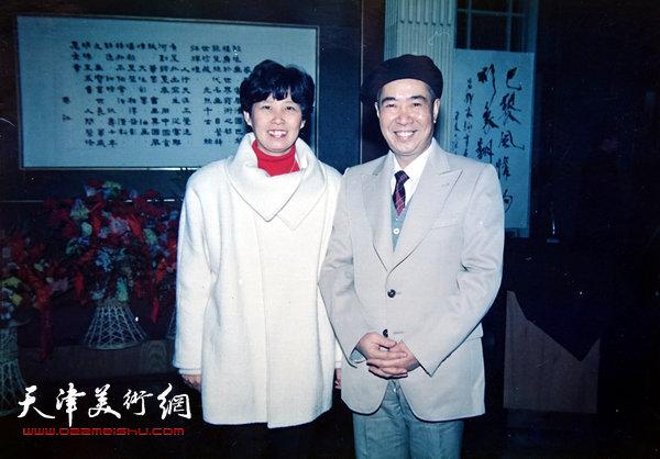 邓家驹与夫人1990年在法国归来举办的画展上