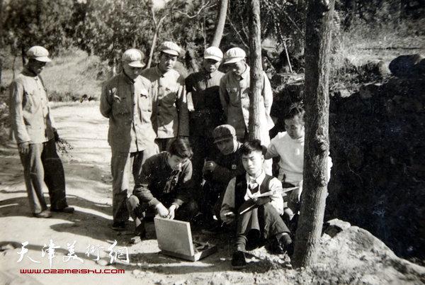 邓家驹(前右)上世纪50年代在江西写生。