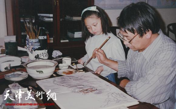 赵玉山在家中作画