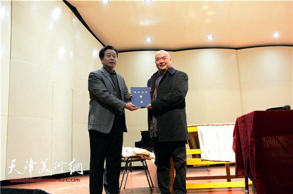 兰州大学艺术学院项亮院长向尹沧海教授颁发兰州大学萃英讲席教授聘书