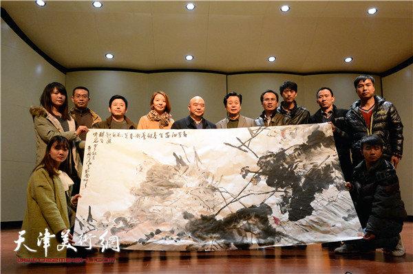 沧海教授在艺术学院美术馆大厅现场挥毫创作