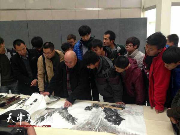尹沧海教授为兰大艺术学院学生点评作业
