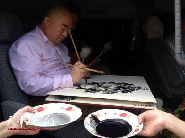 尹沧海教授在西北采风写生