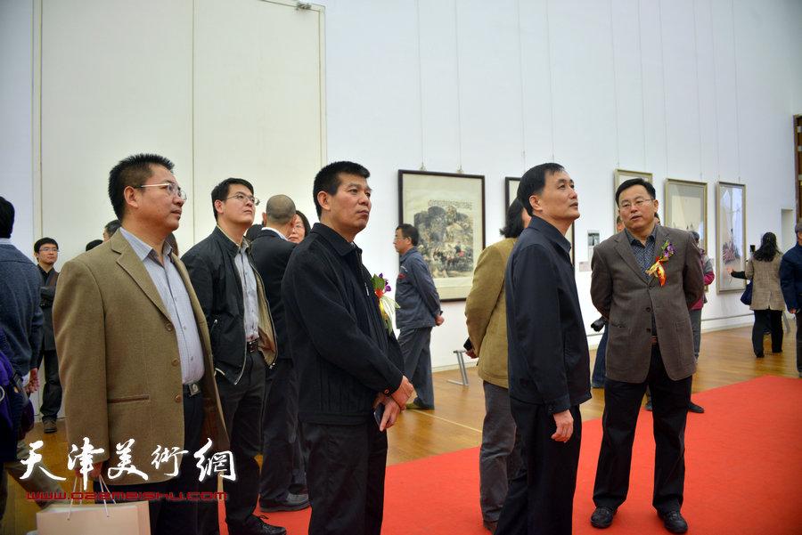 赵鸿友、贾广健、张桂元、范扬等在画展现场。
