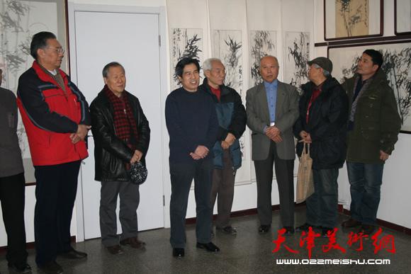 姬俊尧、纪振民、王俊生在解殿卿的画展上
