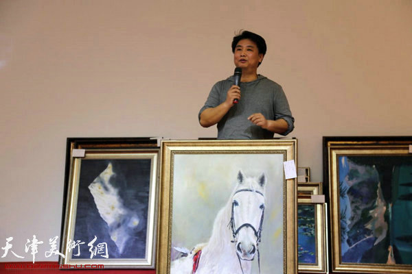 """""""我的绘画梦""""油画展部分作品慈善义卖现场。"""