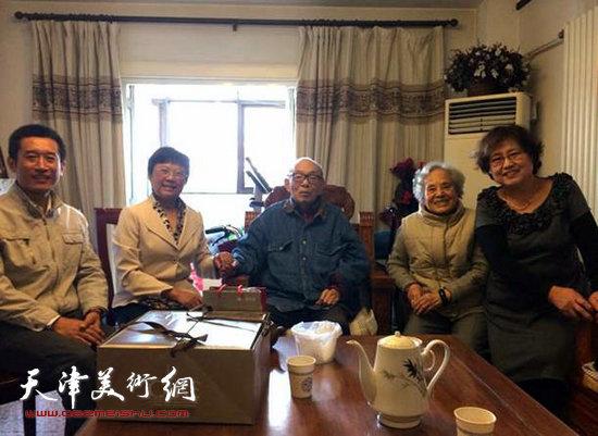 学院党委副书记蒋宗文及离退办人员为夏老祝寿