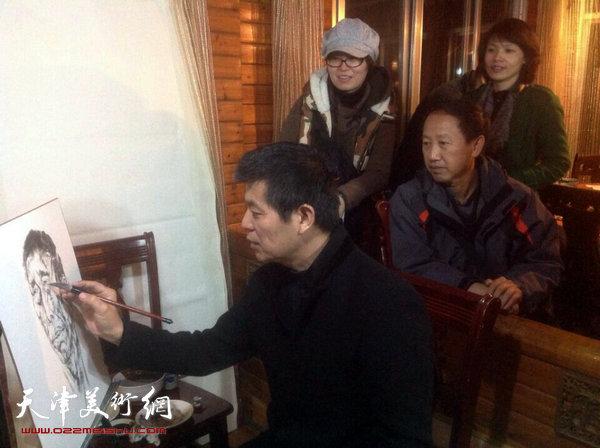 天津画院画家深入生活赴广西采风写生活动启动,图为范扬在写生。