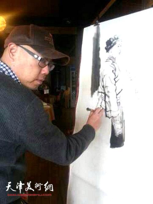 天津画院画家深入生活赴广西采风写生活动启动,图为高博在写生。