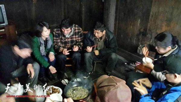 天津画院画家深入生活赴广西采风写生活动启动,图为画家们了解壮族山民的生活。