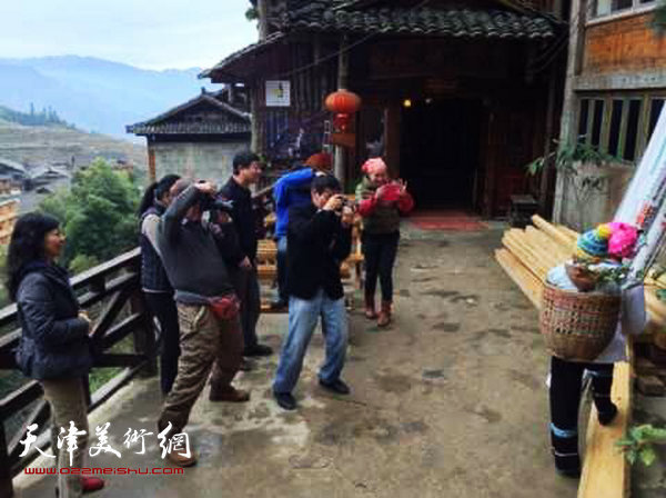 天津画院画家深入生活赴广西采风写生活动启动,图为画家们在壮族山区采风。
