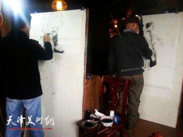 天津画院画家深入生活赴广西采风写生活动启动,图为画家们在壮族山区写生。