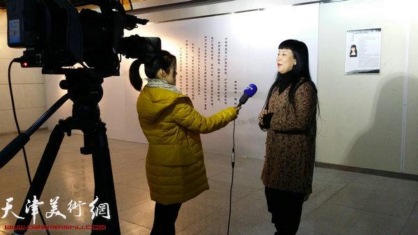 画家黄雅丽接受电视台记者采访