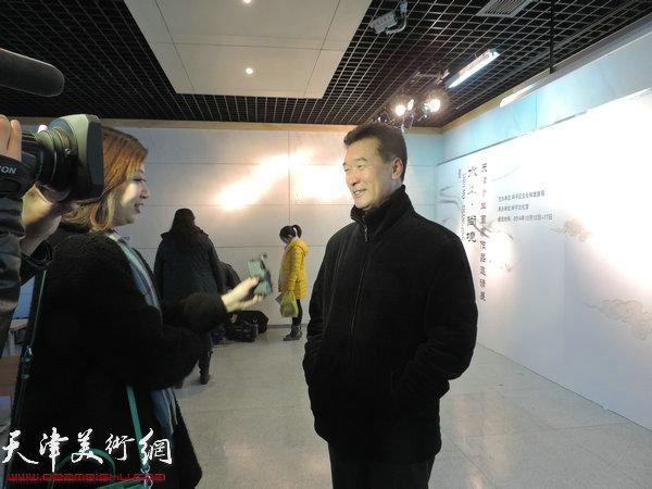 嘉宾画家陈之海接受电视台采访