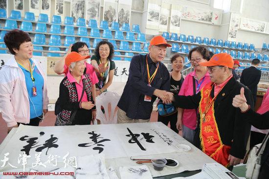 书画院院长陈祖康和老劳模亲切交流
