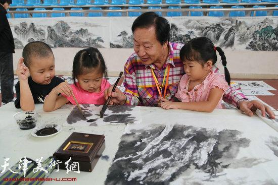 著名山水画家刘家城向孩子们传承国学传统文化