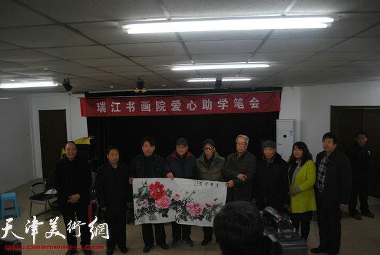 京津冀三地书画家爱心助学活动21日在津举行,图为书画家代表向企业家献画