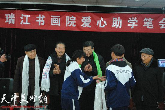 京津冀三地书画家爱心助学活动21日在津举行,图为藏族学生向书画家敬献哈达