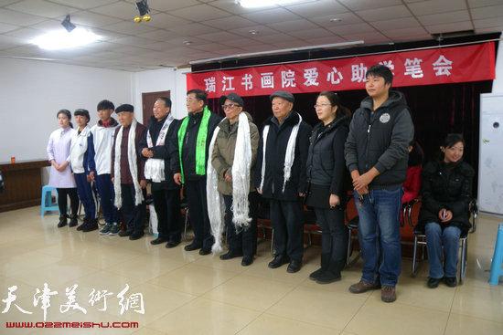京津冀三地书画家爱心助学活动21日在津举行,图为助学助困活动现场