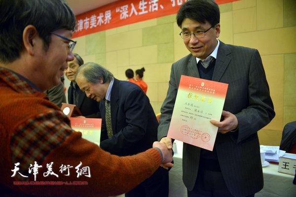 郭振山为获奖的王春涛颁奖。