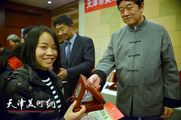 陈洪为获奖的画家颁奖。