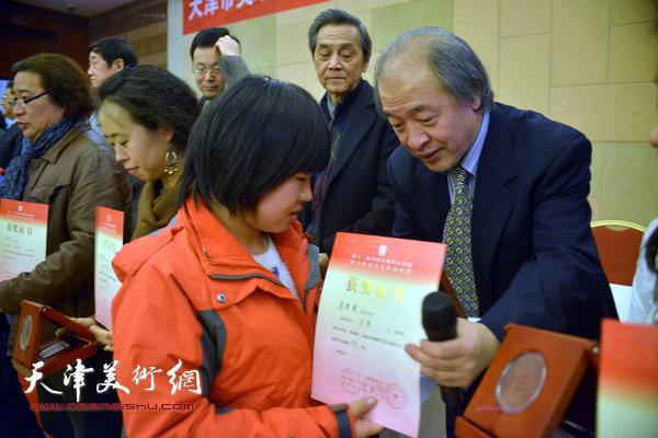 王书平为获奖的画家颁奖。