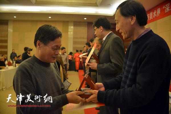 韩昌力为获奖的画家颁奖。
