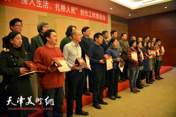 范扬、马驰、霍岩、武羽竟、王若等获奖画家领奖。