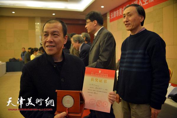 韩昌力为获奖的画家尚金凯颁奖。