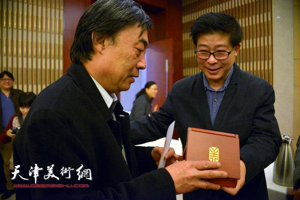 董雅为获奖的画家杜晓光颁奖。
