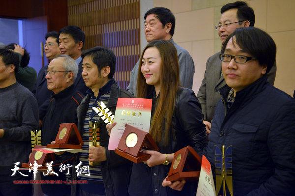 王爱宗、张晓彦、白娜等获奖画家领奖。