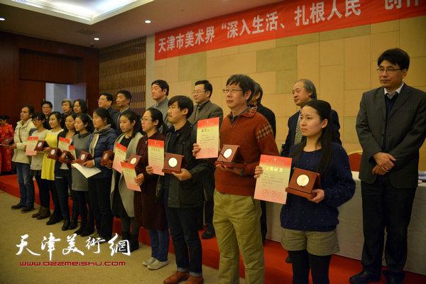 获奖画家王春涛、武欣、武羽竟等领奖。