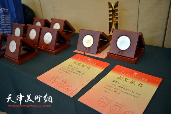 奖杯奖牌和荣誉证书。