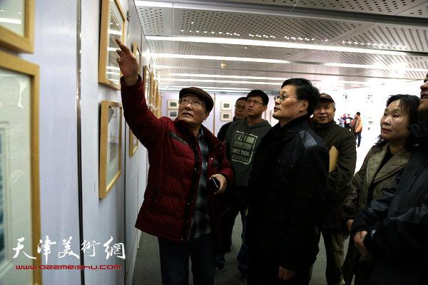 王胜红与老师康永明在评论画作。