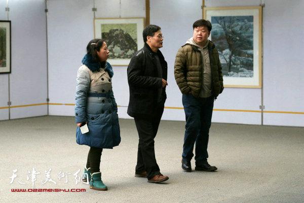 版画家王胜红与观众在画展上交流。