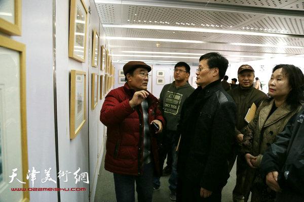 王胜红与老师康永明在交流。