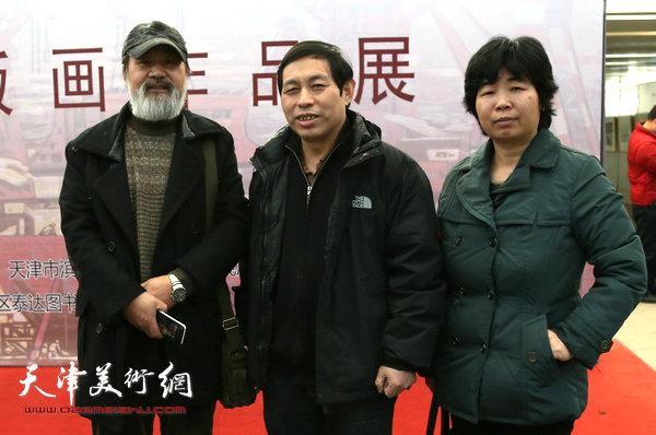 滨海新区画院党支部书记刘硕海与版画爱好者在现场。
