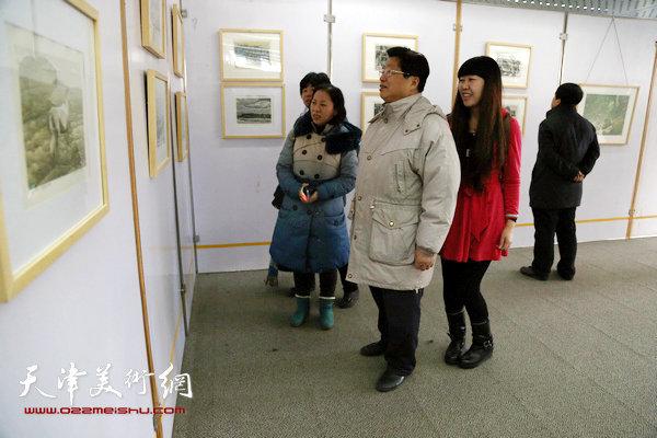 著名版画家赵海鹏老师在观看作品。